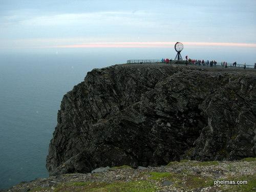 Das Nordkap in der Mitternachtssonne - wenn es nicht bedeckt wäre. ;)